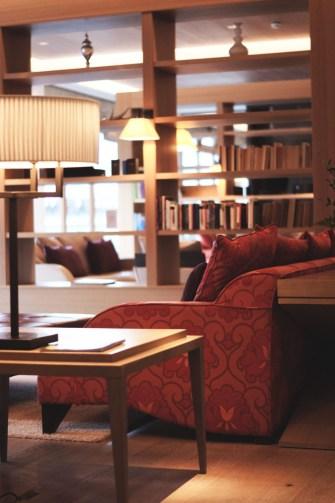 Hotel Review Travel Charme Ifen Hotel Kleinwalsertal Austria Österreich Hotelbewertung Lobby Stzecke Kaminbereich