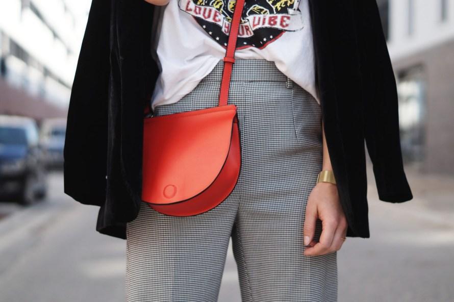 Slogan Shirt Pop of Red Outfit Fashionblogger Sariety Modeblog Heidelberg Bandshirt Karohose rote Tasche Details Handtasche Zara