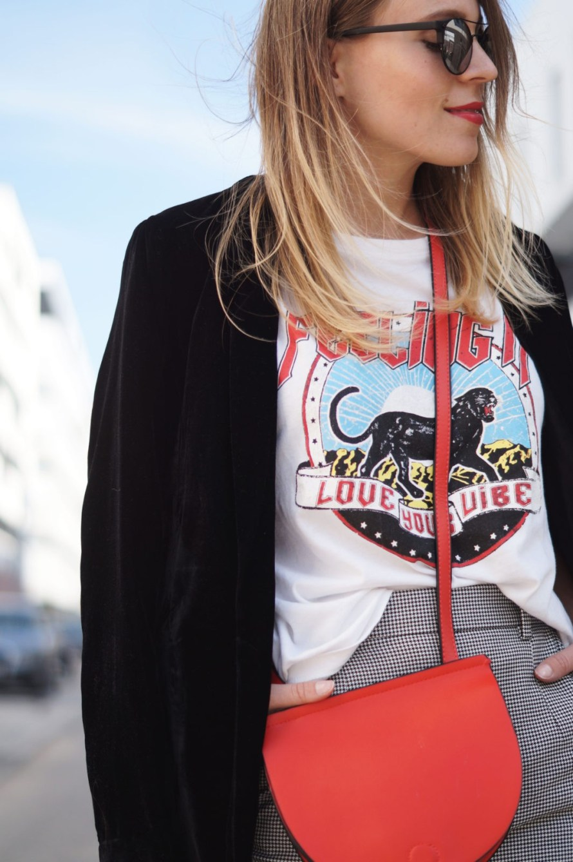 Slogan Shirt Pop of Red Outfit Fashionblogger Sariety Modeblog Heidelberg Bandshirt Karohose rote Tasche Details