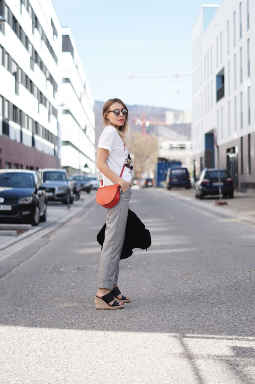Slogan Shirt Pop of Red Outfit Fashionblogger Sariety Modeblog Heidelberg Bandshirt Karohose rote Tasche Streetstyle Mules