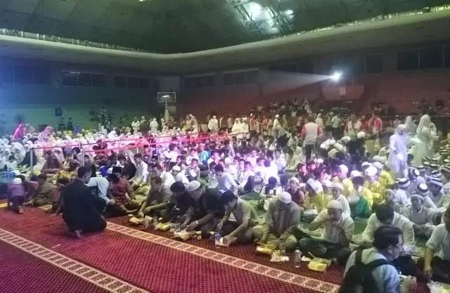 #BukberAdaro Buka puasa bersama 1000 anak yatim - makan