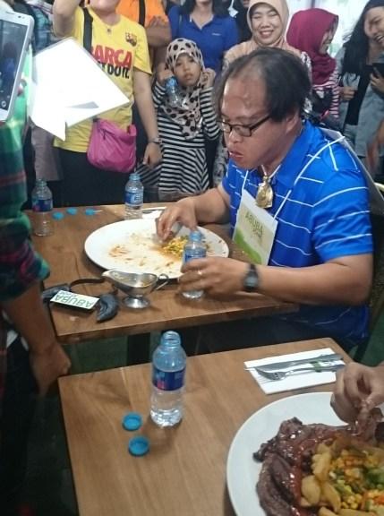 JUlhan Pemenang pertama wagyu eating competetion 2 by sari novita