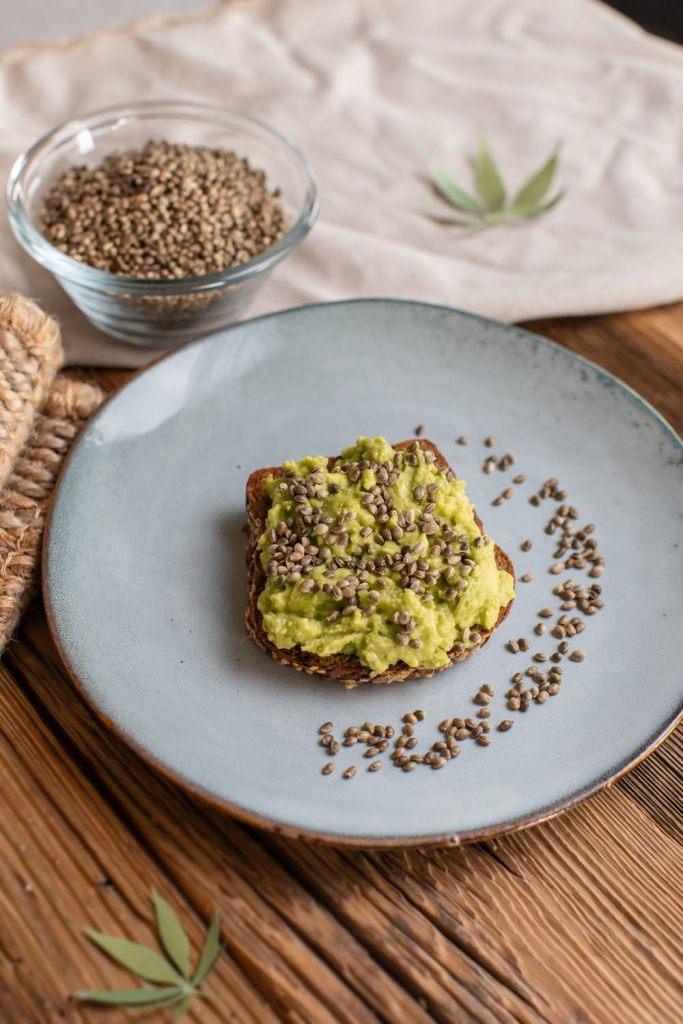 Sariwa Hanfsamen natur mit Avocado Brot