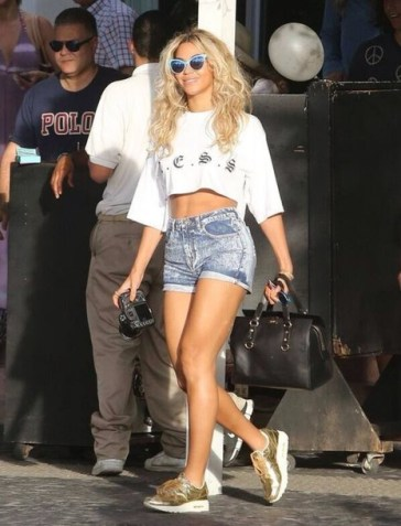 bh940y-l-610x610-tank-beyonce-bag-beyonce+fashion-acid+wash-nike-sneakers-celebrity+style-gold+shoes-white+crop+tops-cat+eye-shoes-sunglasses-shorts-jean+shorts