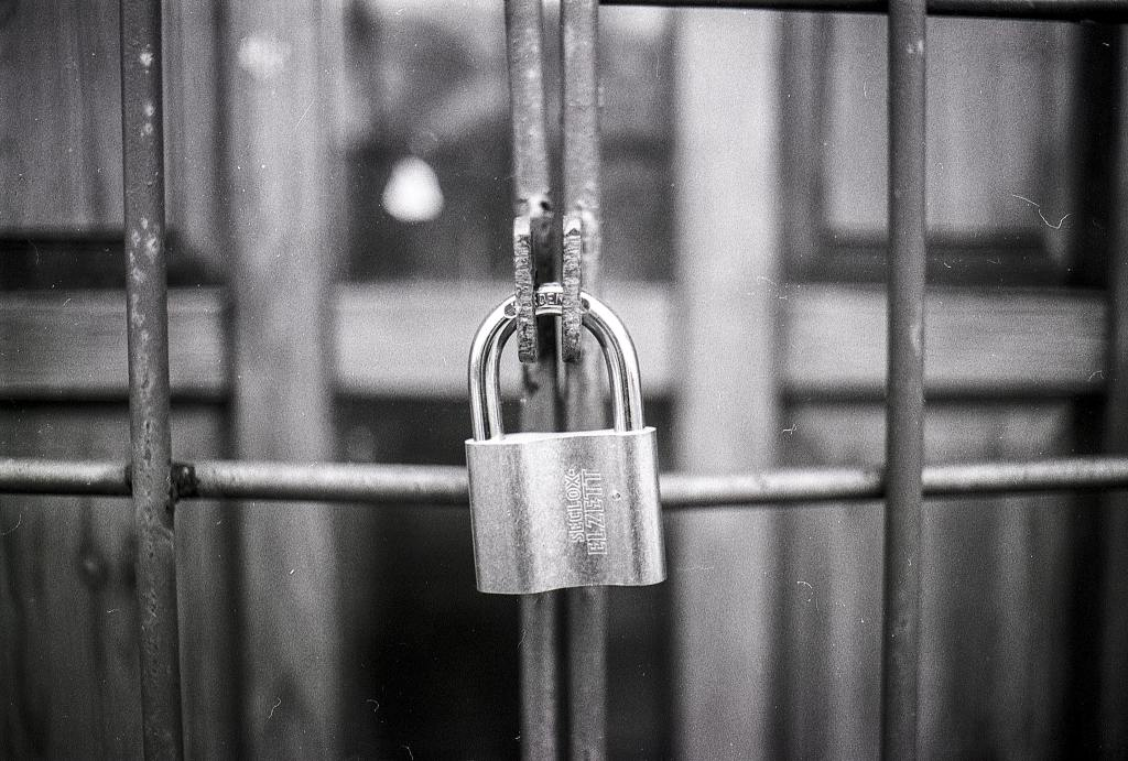 access-black-and-white-blur-270514