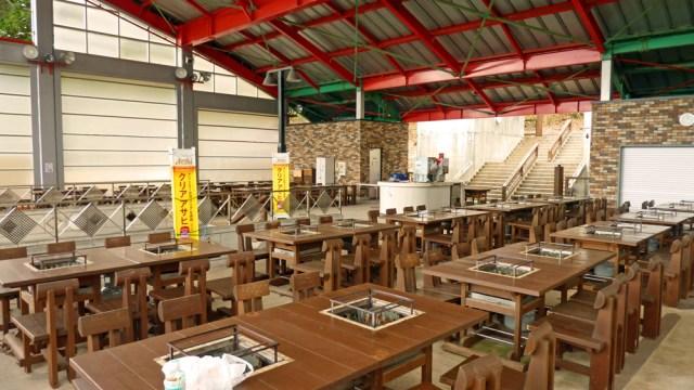 自遊の森ではBBQや石窯ピザが大人数でもできる。 写真は半屋外BBQ大会場。