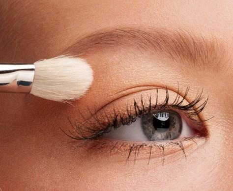 applying-eyeshadow