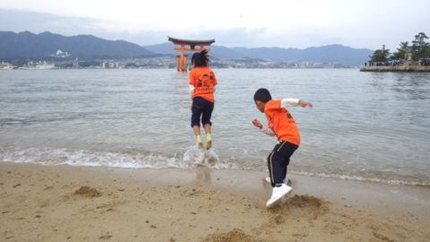 宮島ではしゃぐ子供達