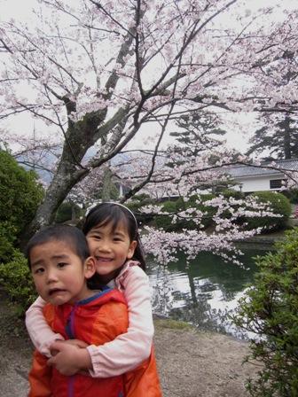 桜の前で二人
