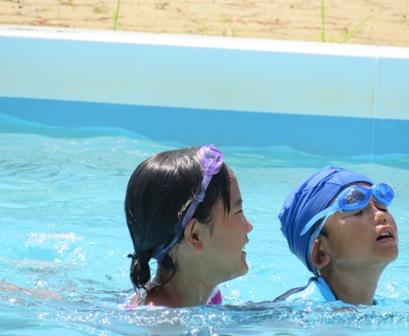 プールで二人