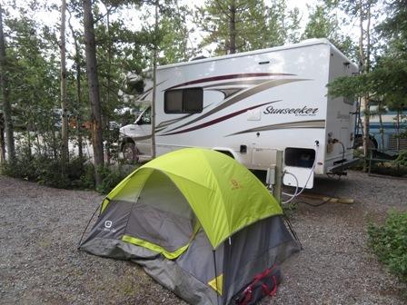 キャンピングカー横でテント