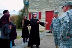 متدربون امريكيون يلعبون دور افغانيين ويمثلون مشهد مع ضباط امريكيين