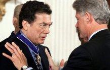 الرئيس كلينتون يقلد إدغار برونفمان ميدالية الحرية الرئاسية