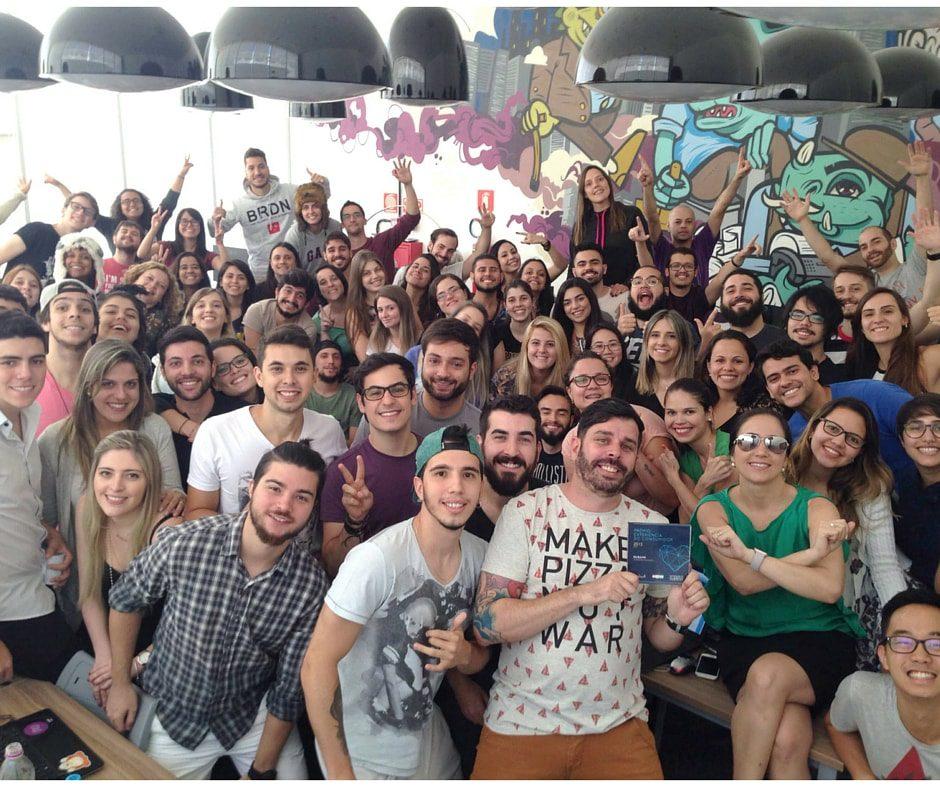Equipe do Nubank comemorando o Prêmio Experiência do Consumidor 2015
