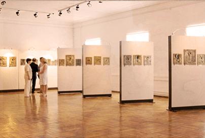 Профессиональные двусторонние стенды для галерей и выставок