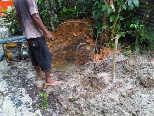Membuat Sumur Bor Manual - Cangkul Tanah Lokasi