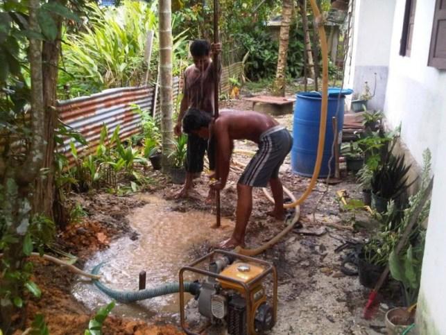Membuat sumur bor manual - membenamkan pipa besi pipa bor ke dalam tanah