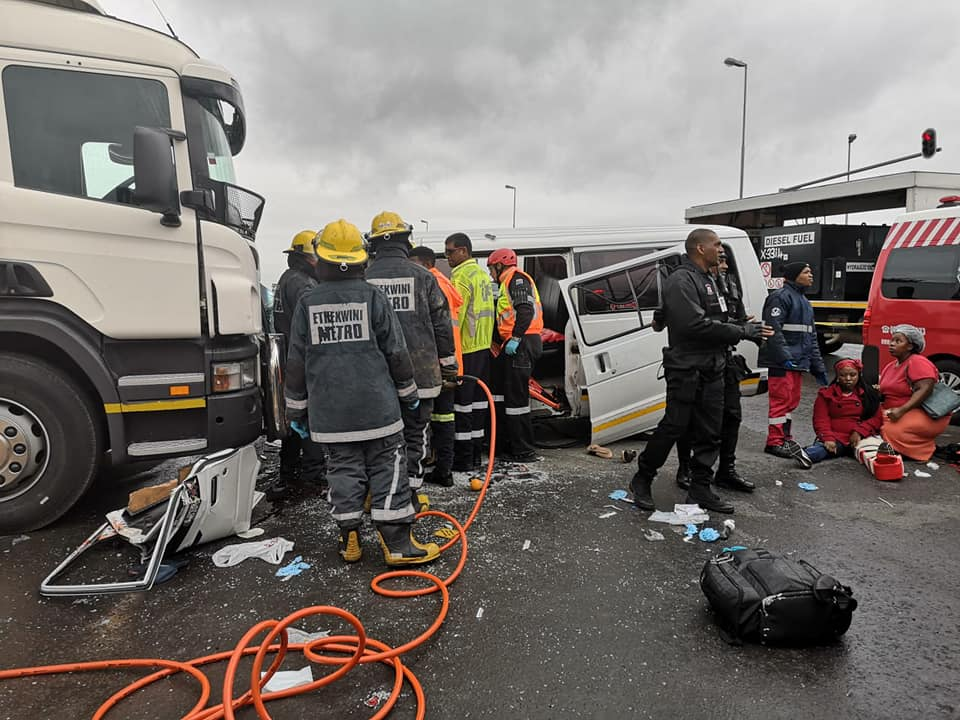 Taxi allegedly skips red robot and crash into truck in Verulam