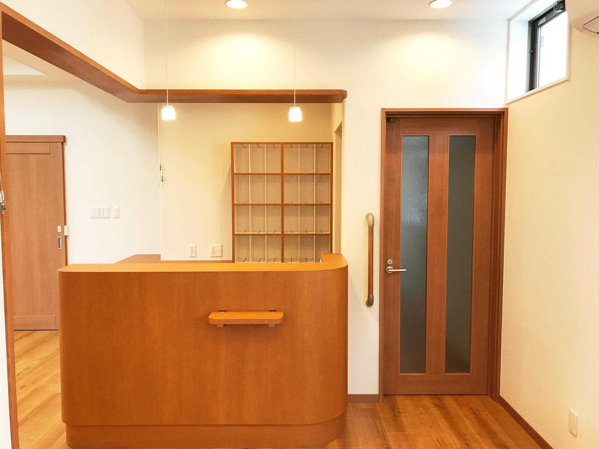 設計・デザインをした店舗(鍼灸接骨院)付き住宅の受付カウンターとカルテ棚