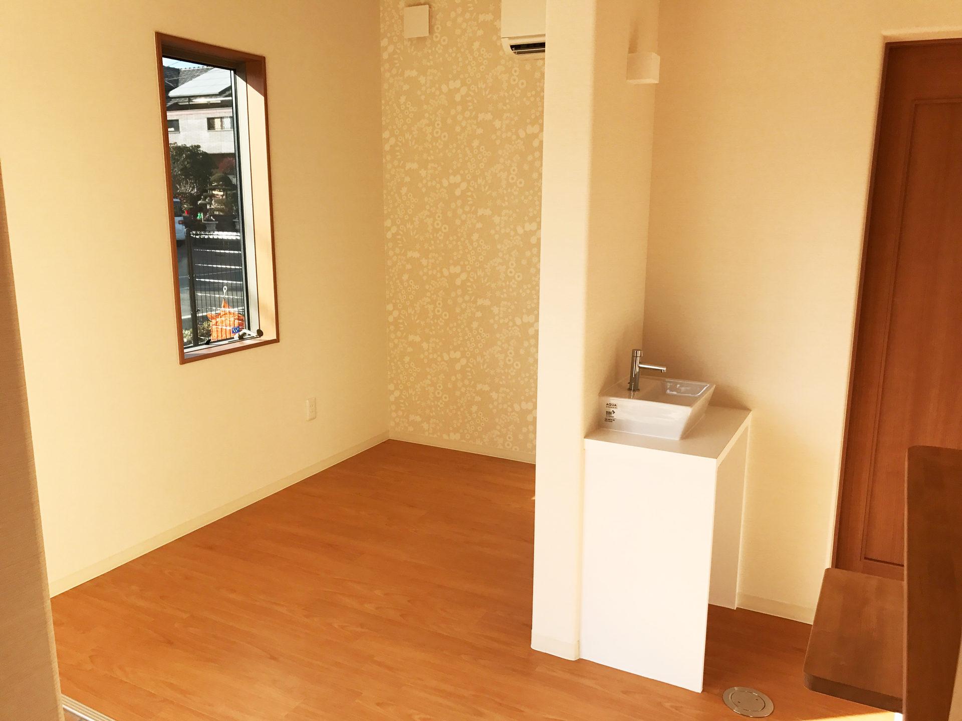 レディース治療院(はり・あん・マッサージ)付き二世帯住宅の待合室と手洗いカウンター