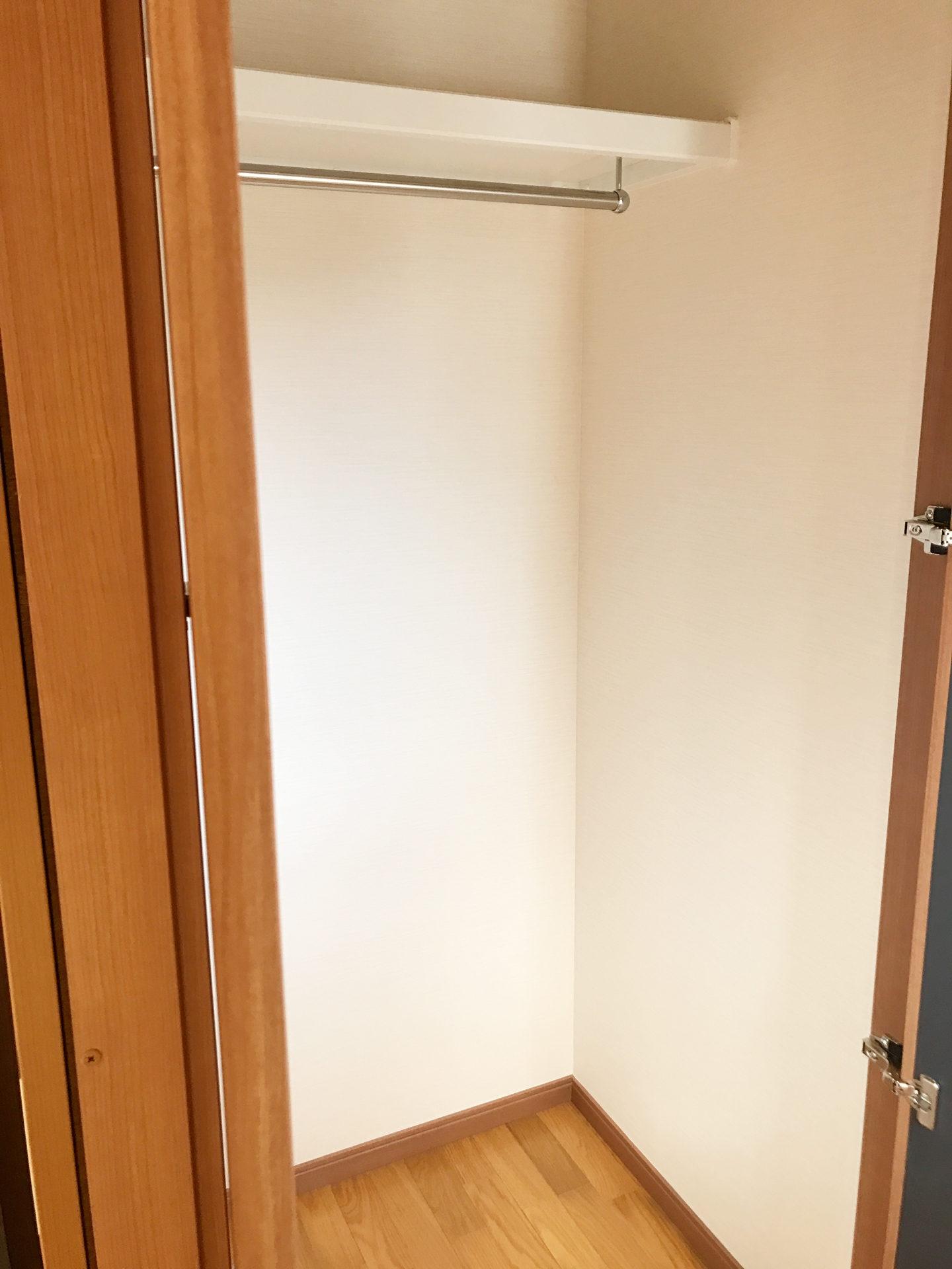 レディース治療院(はり・あん・マッサージ)付き二世帯住宅の階段収納と洋服掛け