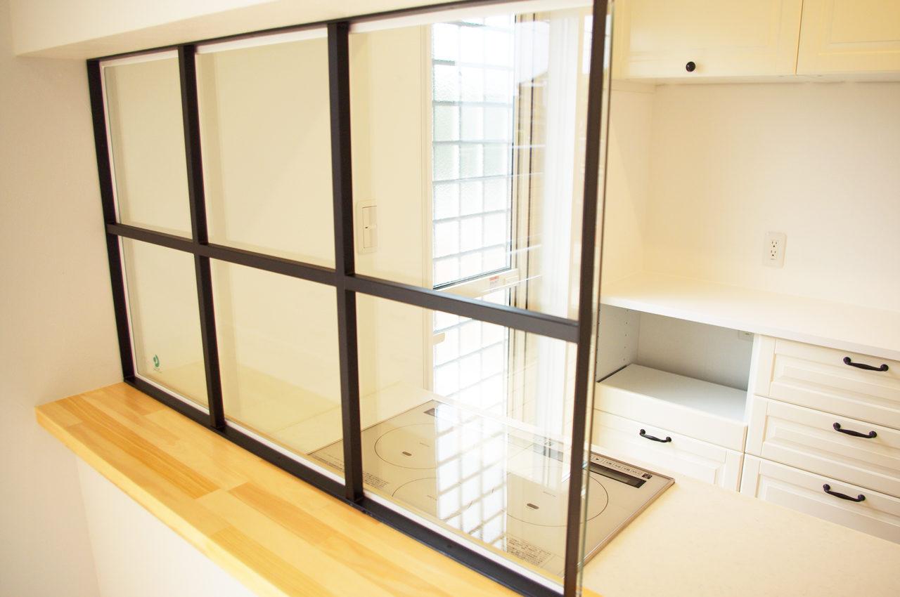 設計・デザインをしたまつげエクステサロン付き注文住宅のLDK黒い格子入りガラス