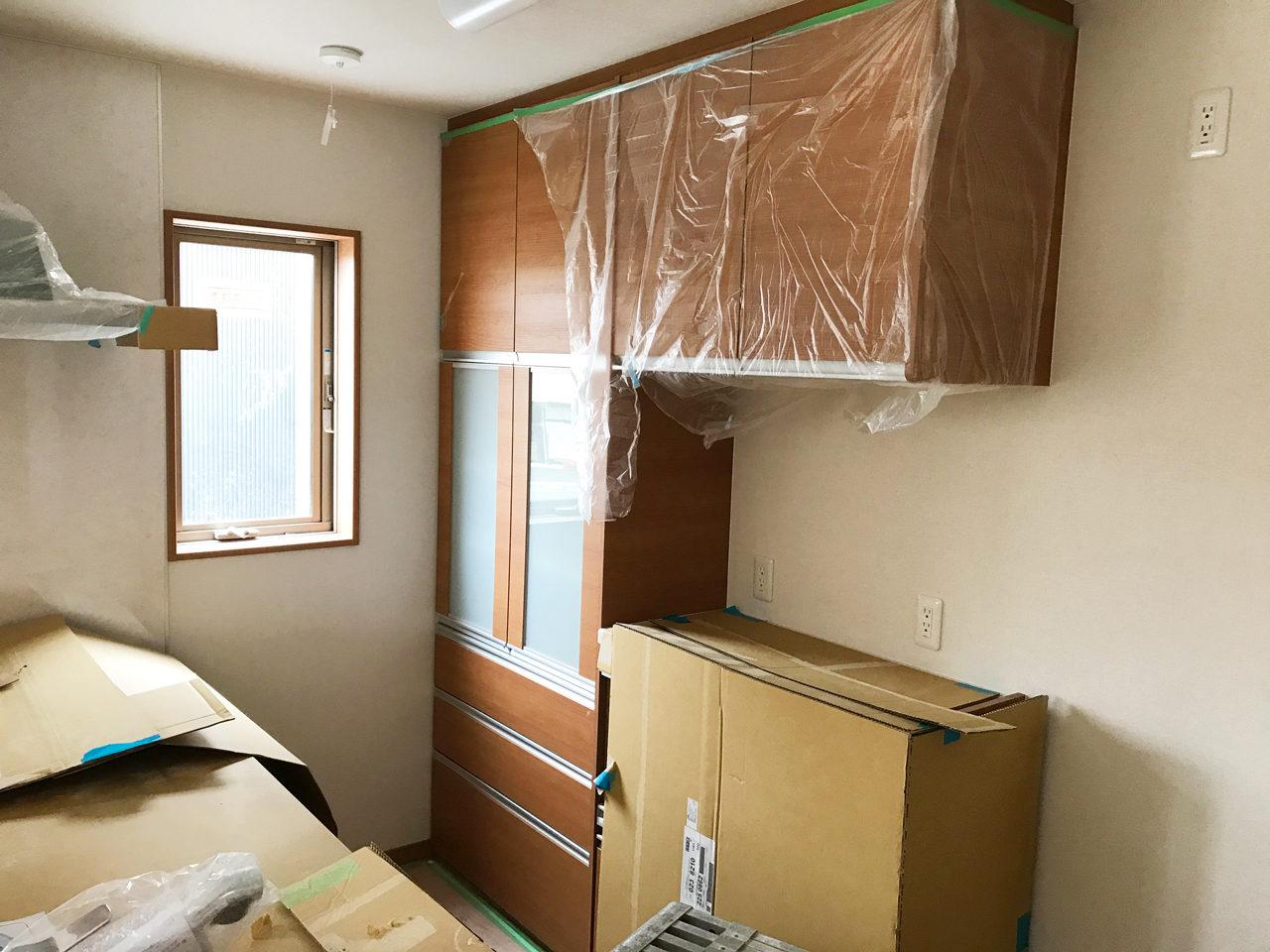 設計・デザインをした店舗(鍼灸接骨院)付き住宅のキッチンバック棚