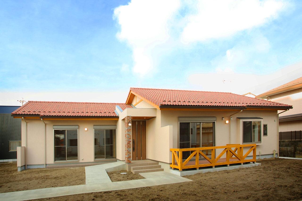 建て替えの設計・デザインをした老後を暮らすバリアフリー注文住宅の瓦屋根と塗り壁の外観