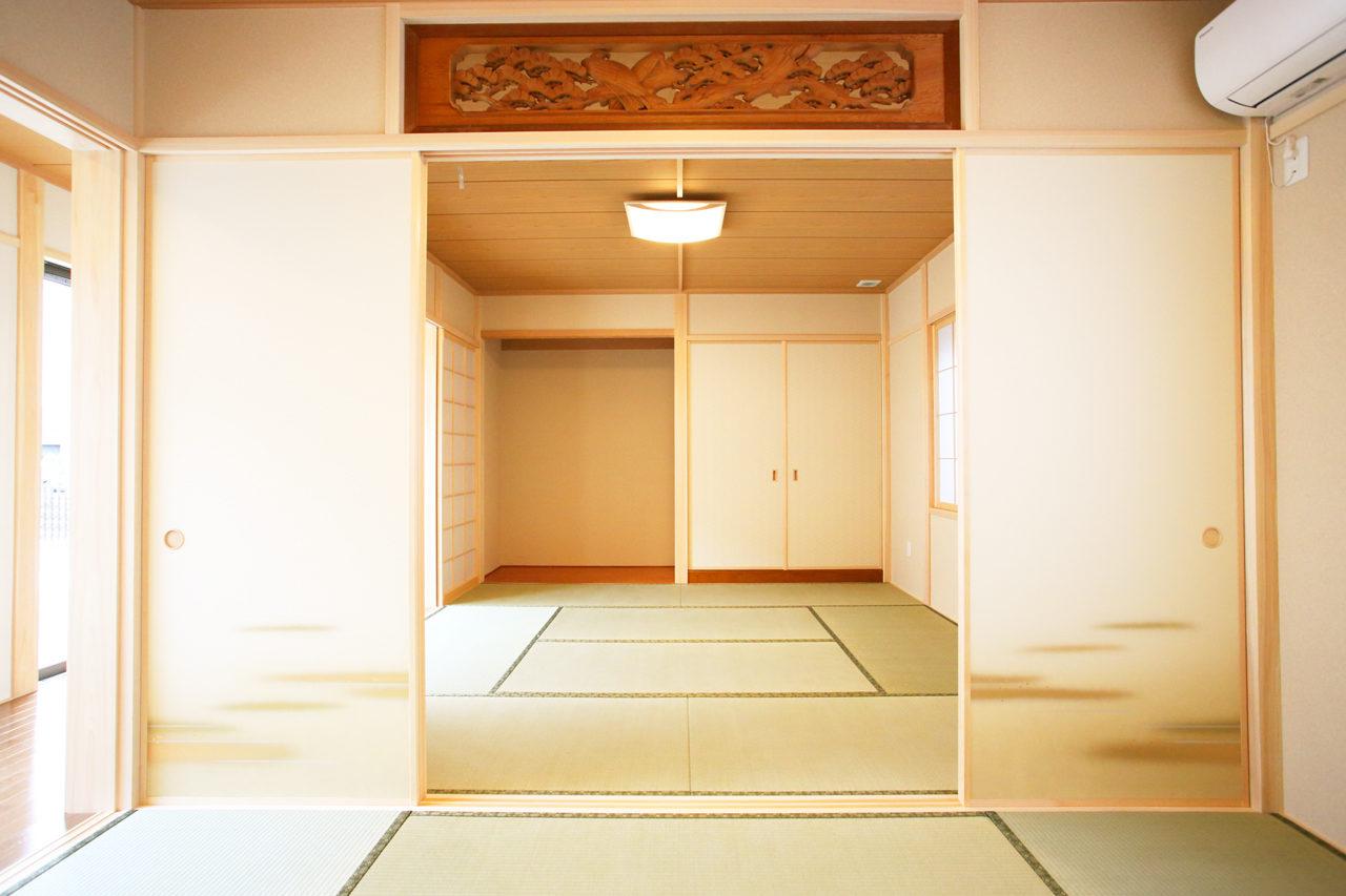 建て替えの設計・デザインをした老後を夫婦で楽しく暮らすバリアフリー注文住宅の二間続きの和室と床の間と欄間
