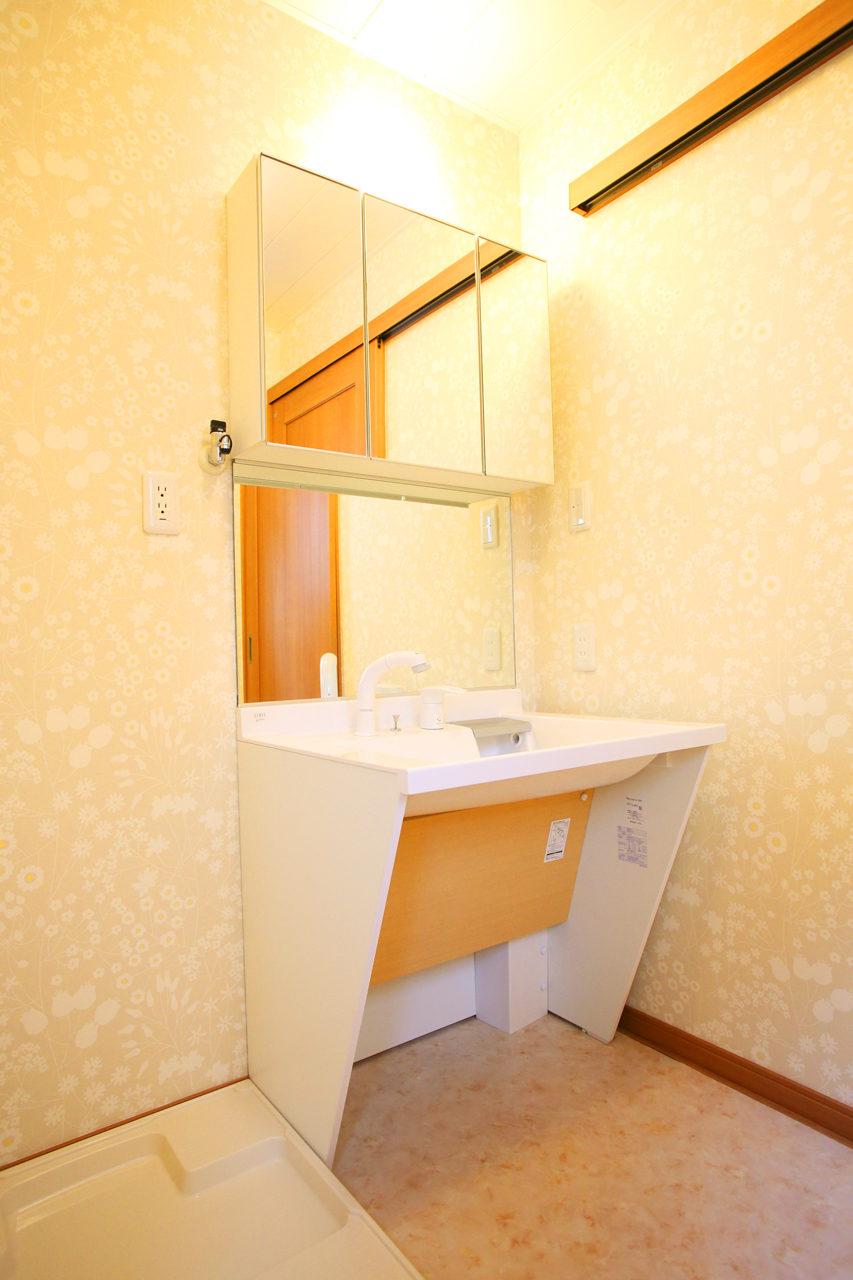 建て替えの設計・デザインをした老後を夫婦で楽しく暮らすバリアフリー注文住宅の車椅子対等の洗面化粧台と暖房付き脱衣室