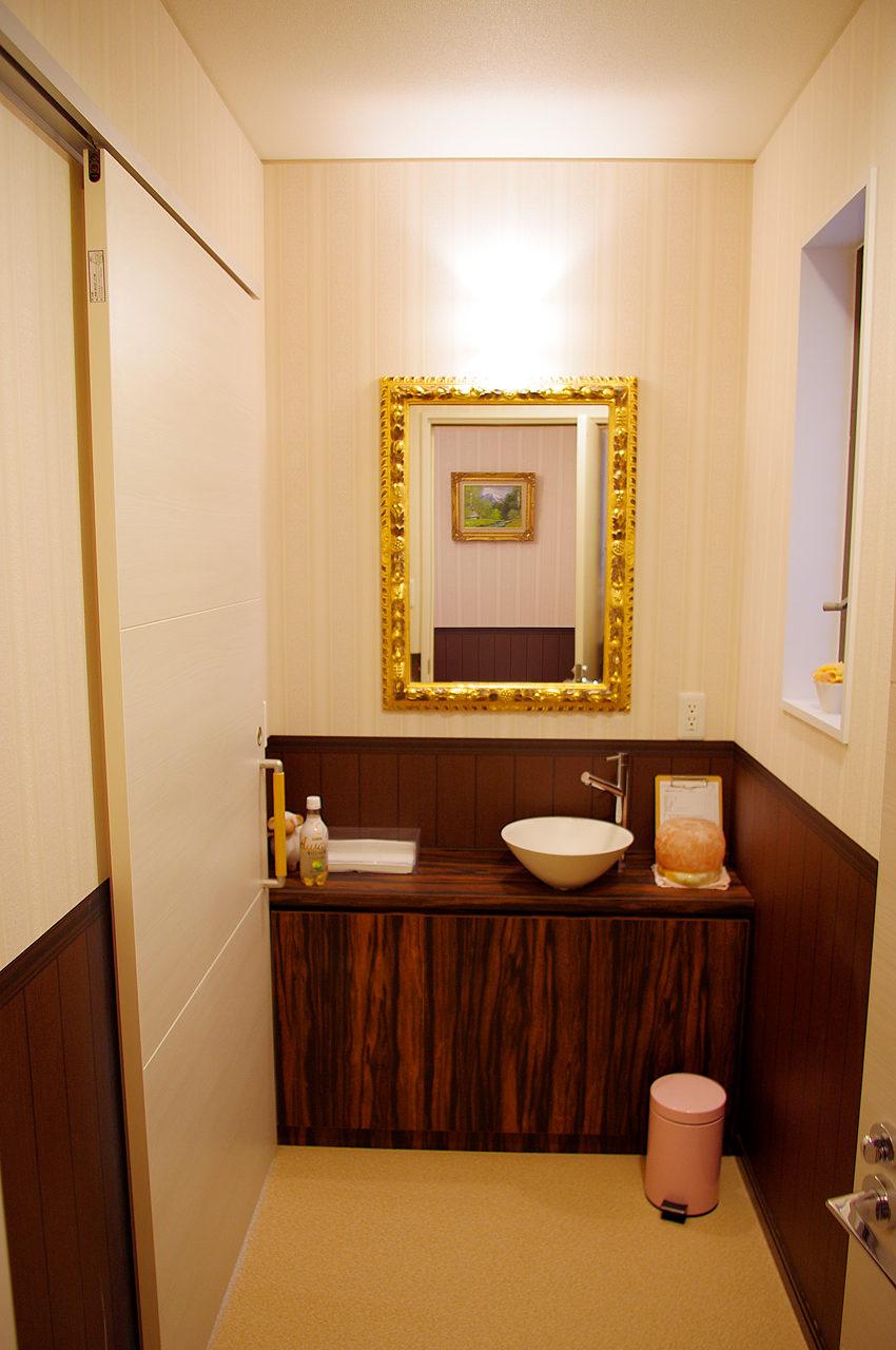 テナントからの移転新築設計・デザインをした店舗(機能訓練特化型リハビリデイサービス併用接骨院)付き住宅ひまわり接骨院の洗面・化粧室、トイレ
