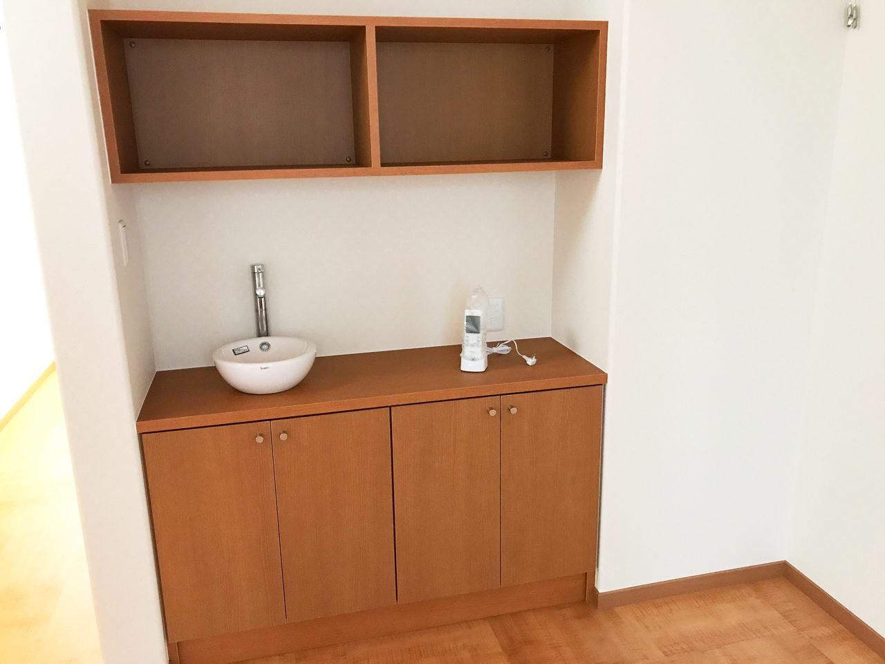 店舗(鍼灸接骨院)付き住宅の鍼灸室施術用カウンターと収納棚