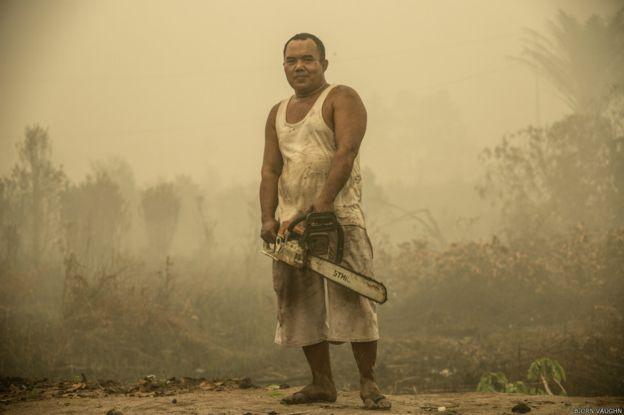 man with chainsaw kalimantan tengah