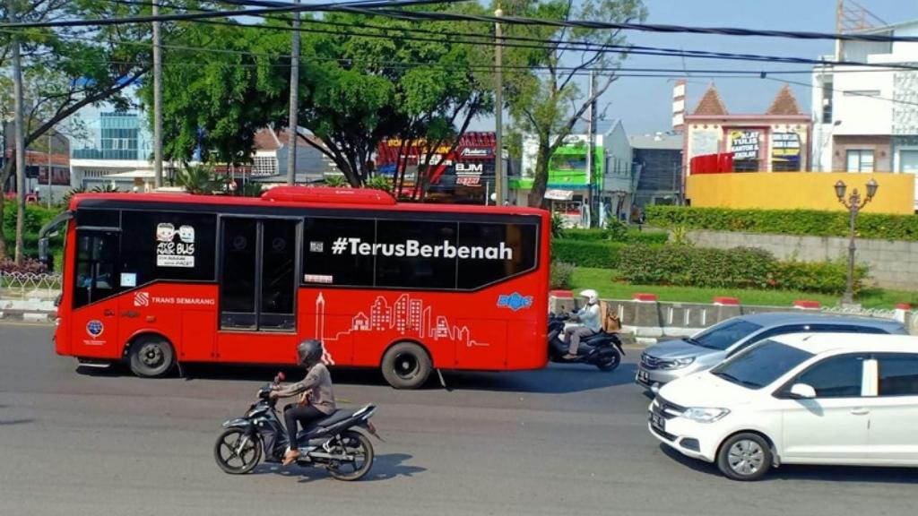 Di Semarang Naik Bus Bayarnya Pakai Botol Plastik
