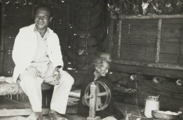 Kepala Distrik (Districtshoofd) Badjawa bersama seorang perempuan yang sedang menenun> Foto ini ambil sekitar tahun 1949 - 1950. Foto ini diambil dari koleksi F.H. Naerssen. [Sumber: KITLV]