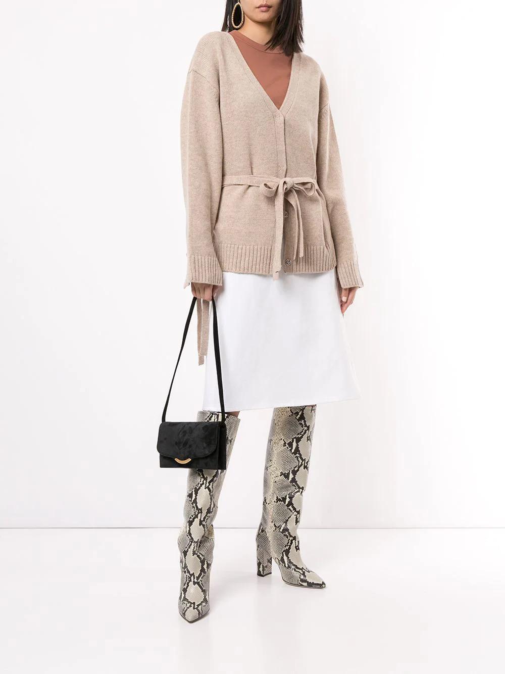 微笑金邊的全絨面側背手袋,十分適合在派對上配簡單的小黑裙~