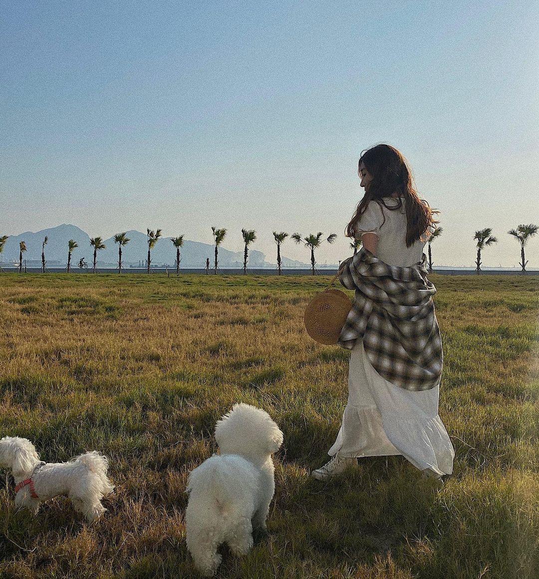 除了無敵海景外,旁邊的超大草地亦是情侶打卡、寵物散步的首選!(圖片來源:IG@giyaaa_z)