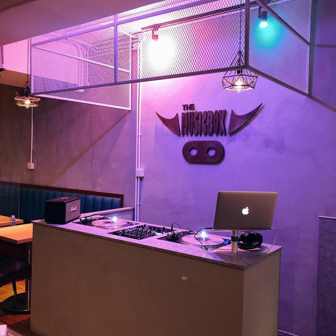 其中一位老闆原本就係 DJ ,曾經返過DICSO的佢同一齊玩音樂的朋友一齊開左呢間 The MusicBox Grill House & Bar,將音樂及 DJ 的元宵融入餐廳(圖片來源:Openrice@A homemade foodie)