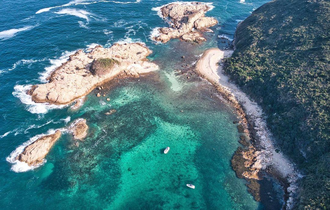 外型圓圓的小島中央有著一片綠植,從遠處看去就像綠色的太陽蛋命名。(圖片授權轉載:IG@kingfai_fujifilm)