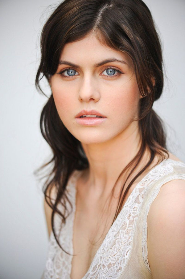 Alexandra Daddario sexiest pictures from her hottest photo shoots. (18)