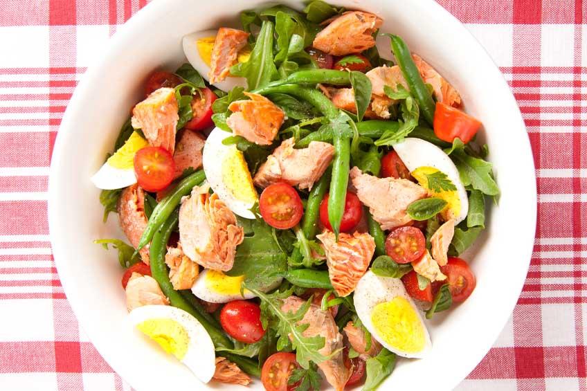 Salada Low Carb com Salmão e Ovos
