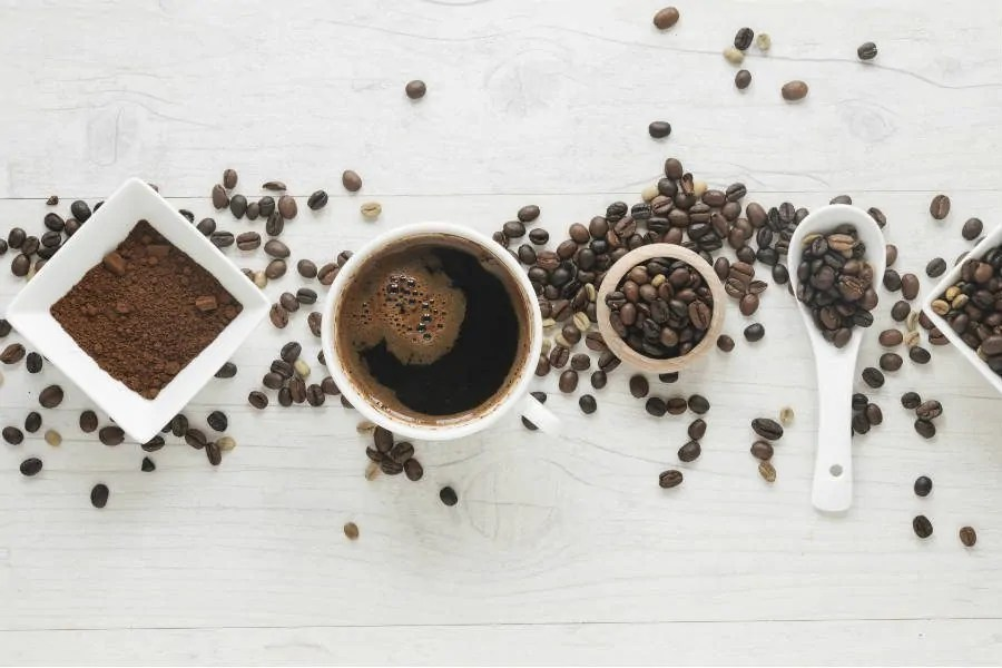 pó de café no cabelo