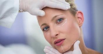 Dentista examinando para fazer harmonização orofacial