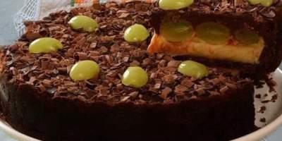 Torta de chocolate leite em pó e uva