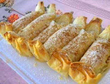 Pasteizinhos com recheio de maçã e nozes cobertos com açúcar