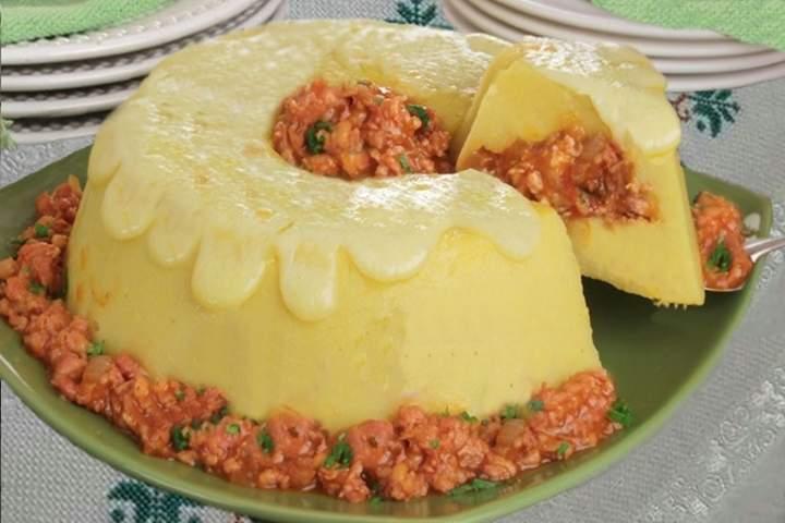 Polenta Recheada de Ragu de Linguiça