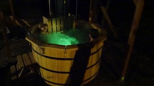 Beczka kąpielowa jacuzzi- podświetlenie nocą