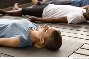 Autogenes Trainingkann gegen Rückenschmerzen & Stress helfen