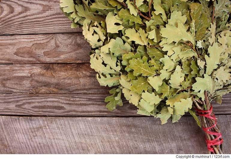 Oak Besen für ein Bad auf Holzuntergrund