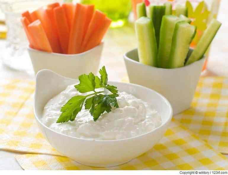 Verschiedene frishce Gemüse mit Dip